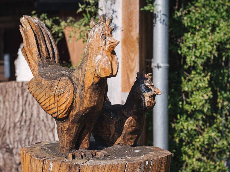 Holzfiguren auf dem Hof des Bauerngartens Hertz-Kleptow